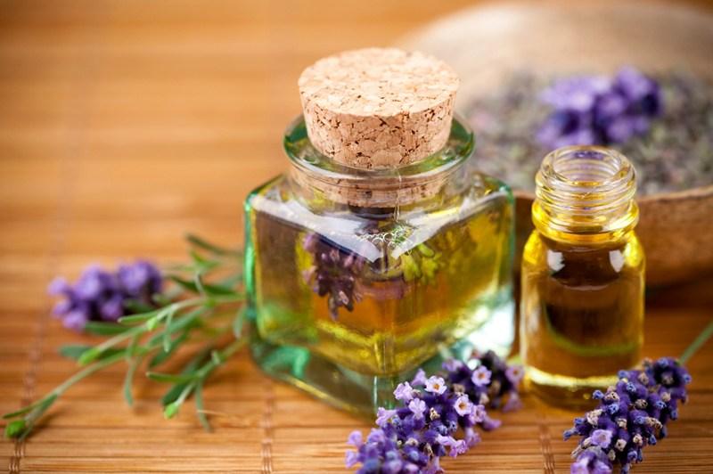 Dùng kem dưỡng trắng ban đêm dành cho da nhờn để dưỡng ẩm, từ đó lượng dầu được kiểm soát. Nhưng có rất nhiều loại kem dưỡng trắng ban đêm dành cho da nhờn,