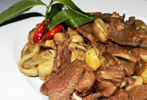 Nếu chỉ thịt bò và nấm rơm trong tủ lạnh, bạn băn khoăn chưa biết nấu món gì? Hãy để Ẩm thực gia đình giúp bạn. Ngay sau đây, mình sẽ chỉ cho các bạn cách làm