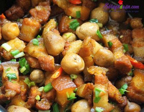 Thịt ba chỉ kho nấm rơm đơn giản từ nguyên liệu đến cách làm,món ăn còn đậm đà vô cùng khi ăn kèm cơm nóng,hãy cùng vào bếp làm món này chiêu đãi cả nhà nhé!